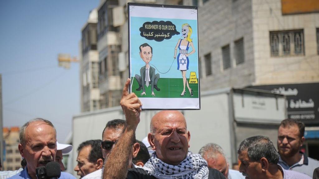 متظاهرون فلسطينيون يحتجون ضد الوفد الأمريكي الذي يترأسه كبير مستشاري البيت الأبيض جاريد كوشنر ومن المقرر أن تلتقي برئيس السلطة الفلسطينية محمود عباس في رام الله، 24 أغسطس، 2017. (Flash90)