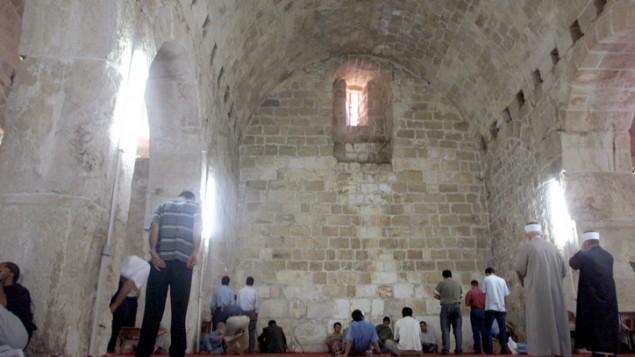 مصلون مسلمون في المصلي المرواني (اسطبلات سليمان) في الحرم القدسي. 4 أكتوبر، 2002. (Flash90)