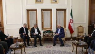 وزير الخارجية الإيراني محمد جواد ظريف يلتقي مع مسؤولين رفيعين من حركة حماس في طهران، 7 اغسطس 2017 (screen capture)