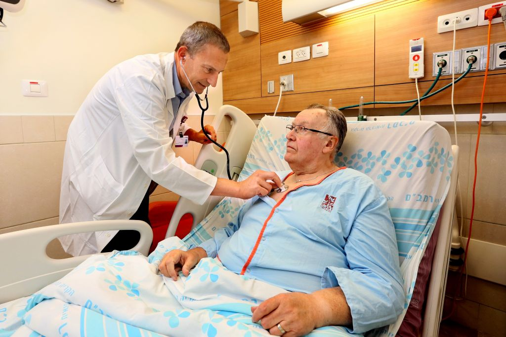 البروفيسور غيل بولوتين مع روبرت ماكلشلان، أول مريض في العالم يحصل على زرع جهاز الكورولا في مستشفى رمبام في 28 أغسطس 2017. (Pioter Fliter, RHCC)