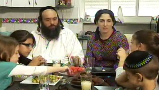 عائلة سادنا في شقتها في القدس. (لقطة شاشة: القناة 2)