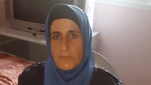 ابتسام العبد، والدة عمر العبد، منفذ هجوم الطعن في مستوطنة حلميش الذي أسفر عن مقتل ثلاثة إسرائيليين في 21 يوليو، 2017. (لقطة شاشة: YouTube)