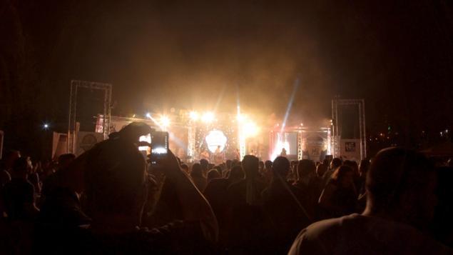 الحشد في مهرجان بيرة الشيبردز في بيت لحم يشاهد الفرقة هوا دافا في 20 أغسطس 2017. (Luke Tress)