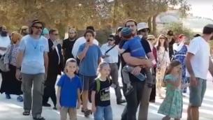 يهود يزورون الحرم القدسي في ذكرى دمار الهيكلين، 1 اغسطس 2017 (Screen capture: Facebook)