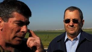 رئيس هيئة الأركان العامة غادي أشكنازي ووزير الدفاع إيهود باراك، بالقرب من غزة، في عام 2008. (photo credit: David Buimovitch-JINIPIX/Flash90)