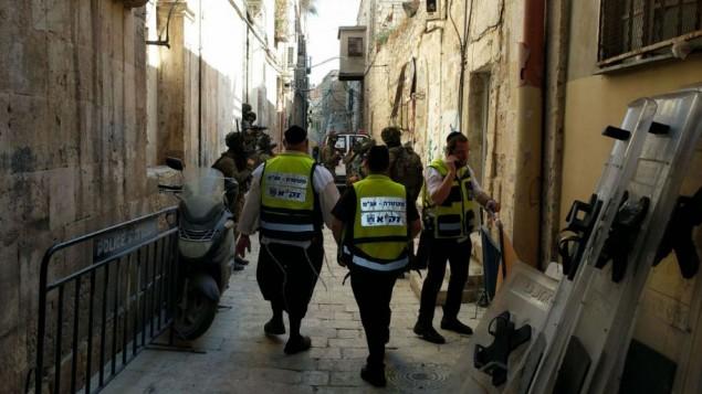 متطوعون من 'زاكا' بالقرب من المدخل إلى الحرم القدسي في أعقاب الهجوم الذي وقع في 14 يوليو، 2017. (courtesy ZAKA)