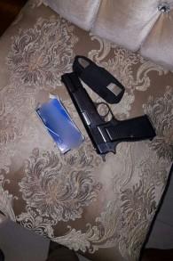 مصادرة مسدس في مداهمة لمنزل عائلة في مدينة الخليل في الضفة الغربية، 2 أغسطي، 2017. (الشرطة الإسرائيلية)