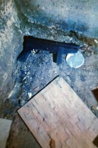 العثور على رشاش من طراز كارلو على سطح منزل شقيقين يشتبه في دعمهما لتنظيم الدولة الإسلامية في يوليو 2017. (Shin Bet)