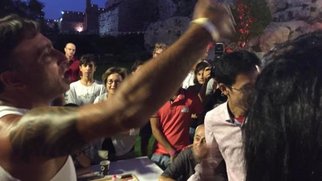 أيال عماري يحتفل بفوزه على بطل العالم السابق موتشيزوكي في جولة مبكرة من بطولات الشيش بيش في القدس في 24 أغسطس / آب. (Times of Israel staff)