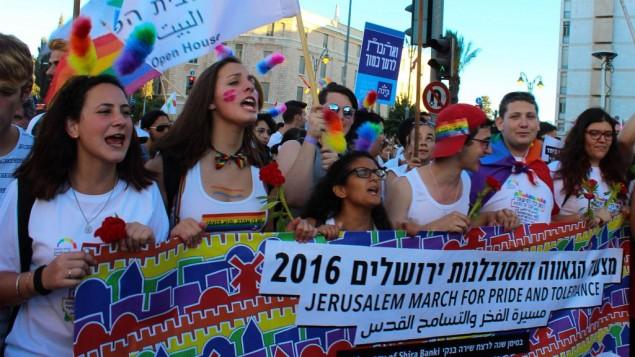 ممثلون عن البيت المفتوح في القدس في مسيرة الفخر المثلية لعام 2016 ، 21 يوليو 2016. (Adi Eddie)