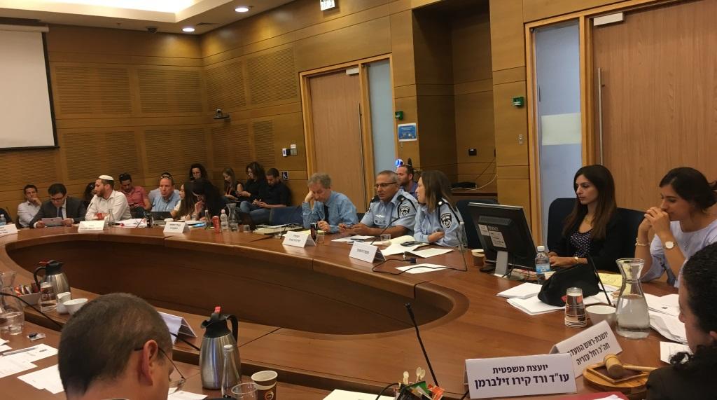 جلسة للجنة الإصلاحات في الكنيست مخصصة لمناقشة قضية شركات الخيارات الثنائية في إسرائيل، 2 أغسطس، 2017. (Simona Weinglass/Times of Israel)
