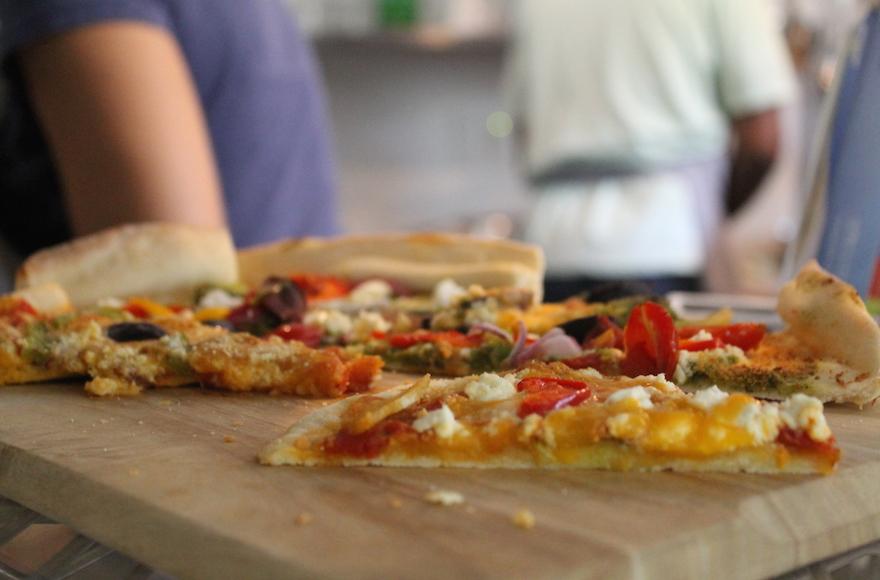 في أيام التدريب، يحضر الطلاب الطهاة غداء هم بشكل شخصي، مثل هذه البيتزا النباتية مع جبنة فيتا. (Ben Sales/JTA)