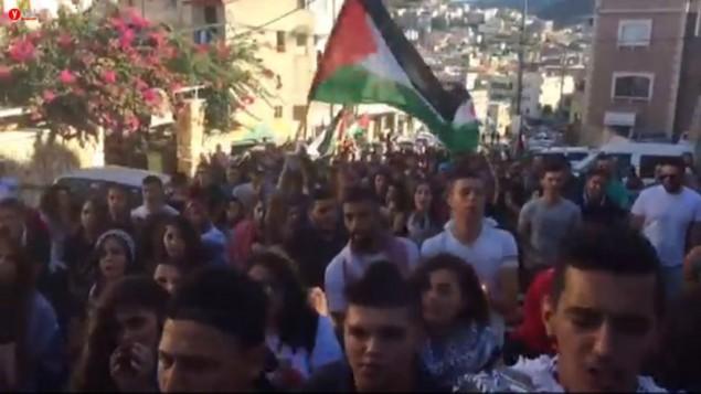 متظاهرون من عرب إسرائيل خلال مسيرة في مدينة سخنين يوم السبت؟، 1 أكتوبر، 2016 لإحياء ذكرى مقتل 13 شخصا في مواجهات مع الشرطة خلال الإنتفاضة الثانية. (screenshot)