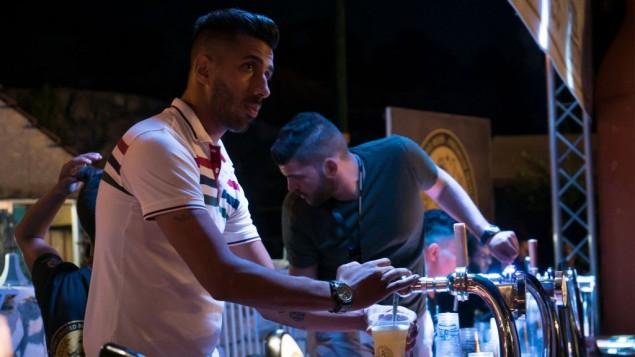 البار في مهرجان بيرة الشيبردز في بيت لحم، 20 أغسطس 2017. (Luke Tress/Times of Israel)