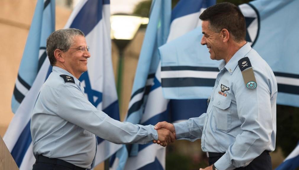 قائد سلاح الجو الإسرائيلي الجديد، الجنرال عميكام نوركين، يصافح القائد السابق امير اشيل خلال مراسم في قاعدة تل نوفر الجوية، 14 اغسطس 2017 (Israel Defense Forces)