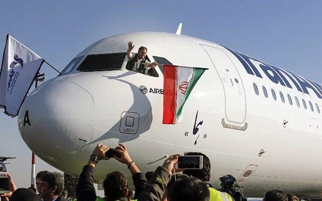 وصول طائرة A321 الى مطار مهرباد الدولي خلال تسليم الدفعة الاولى من الطائرات الى شركة الطيران الايرانية في العاصمة طهران في 12 كانون الثاني 2017. (AFP Photo/ Atta Kenare)