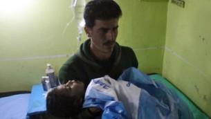 طفل سوري فاقد الوعي في مستشفى في خان شيخون، وهي بلدة يسيطر عليها المتمردون في محافظة إدلب السورية الشمالية الغربية، في أعقاب هجوم يشتبه في أنه غاز سام في 4 أبريل / نيسان 2017. (AFP PHOTO / Omar Haj Kadour)