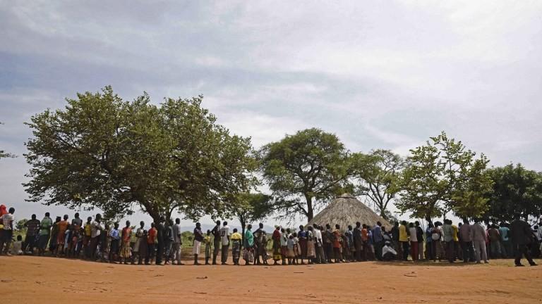 ينتظر اللاجئين الوافدين حديثا من جنوب السودان تسجيلهم في 11 أبريل / نيسان 2017 في مركز نغومورومو الحدودي الأوغندي ليتم نقلهم إلى مركز لإعادة التوطين. (AFP Photo/Isaac Kasamani)