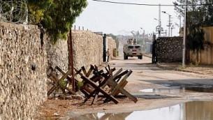مركبة عسكرية مصرية تقوم بدورية على طول الحدود مع قطاع غزة الذي تسيطر عليه حركة 'حماس' في مدينة رفح الحدودية، 4 نوفمبر، 2014. (Mohamed El-Sherbeny/AFP)