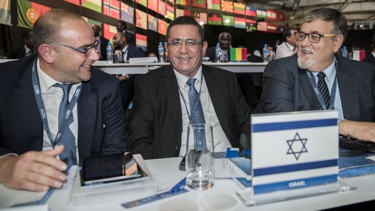 رئيس اتحاد كرة القدم الإسرائيلي عوفر عيني والرئيس التنفيذي للاتحاد روتم كامر (من اليسار) يشاركاتن في المؤتمر ال67 للفيفا في العاصمة البحرينية المنامة، 11 مايو، 2017. (AFP Photo/Jack Guez)