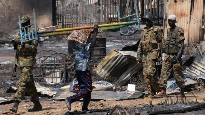 جنود الجيش الوطني في جنوب السودان يقومون بدوريات في بلدة بنتيو، أبريل / نيسان 2014. (Simon Maina/AFP)