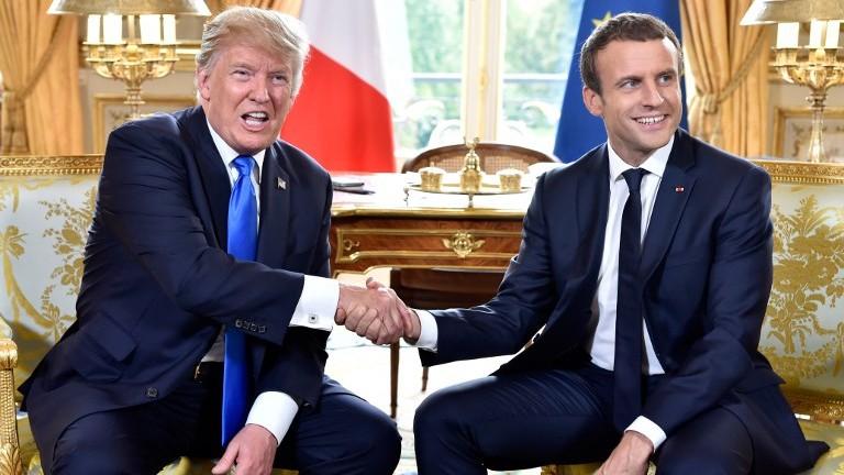 الرئيس الفرنسي ايمانويل ماكرون يصافح الرئيس الامريكي دونالد ترامب هلال لقائهما في قضر الاليزيه في باريس، 13 يوليو 2017 (AFP Photo/Pool/Alain Jocard)