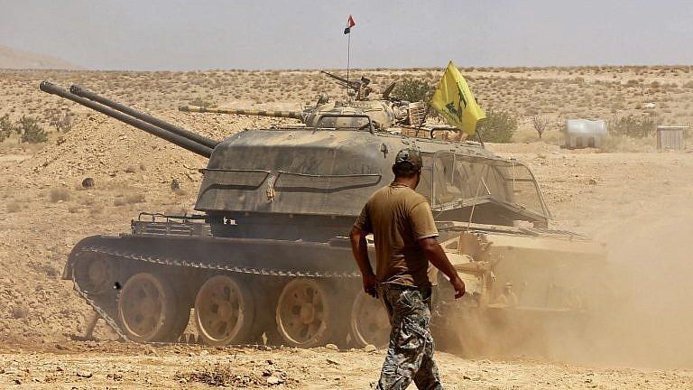 دبابة ترفع علم حزب الله في منطقة قرع في منطقة القلمون السورية في 28 أغسطس / آب 2017. (AFP Photo/Louai Beshara)