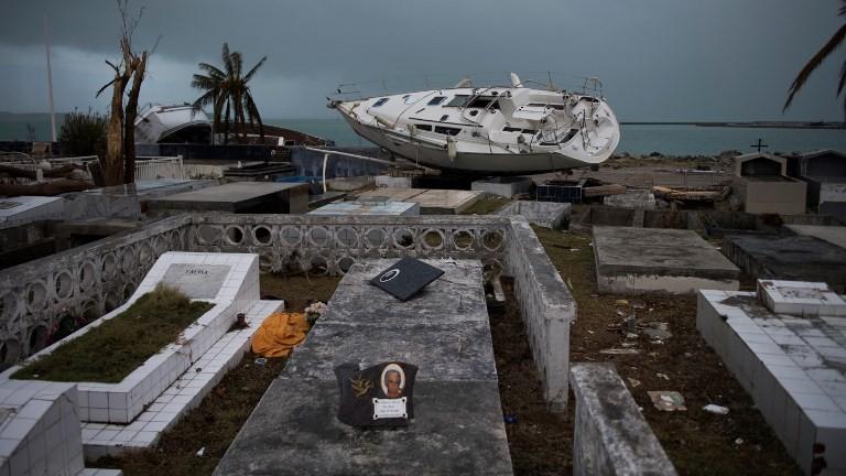قارب على الشاطئ بعد اعصار ايرما في جزيرة سان مارتين الفرنسية، 9 سبتمبر 2017 (MARTIN BUREAU / AFP)