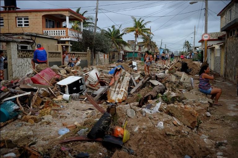 صورة للأضرار التي ألحقها الإعصار إيرمان في حي 'كوجيمار' في العاصمة الكوبية هافانا، 10 سبتمبر، 2017. (AFP PHOTO / YAMIL LAGE)