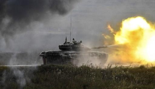 """اطلاق نار للدبابة الروسية T-90 في كوبينكا باتريوت بارك خارج موسكو خلال اليوم الأول ل """"جيش 2017"""" وهو المنتدى العسكري التقني الدولي في 22 أغسطس 2017. (Alexander Nemenov/AFP)"""