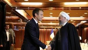 الرئيس الفرنسي إيمانويل ماكرون يستقبل الرئيس الإيراني حسن روحاني في فندق ميلنيوم في نيويورك يوم 18 سبتمبر 2017 في نيويورك. (AFP Photo/Ludovic Marin)