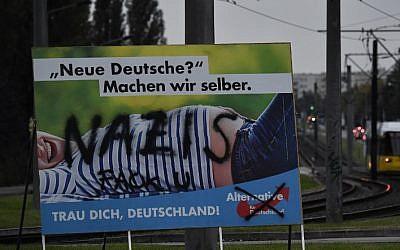 ملصق دعاية انتخابية تم تخريبه لحزب 'البديل لألمانيا' في برلين، 21 سبتمبر، 2017.(AFP Photo/John Macdougall)