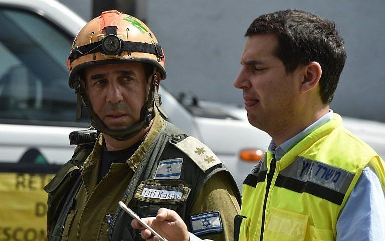 عمال إنقاذ إسرائيليون يشاركون في جهود البحث عن ناجين بين أنقاض مبان في مكسيكو سيتي، 22 سبتمبر، 2017. (AFP Photo/Yuri Cortez)