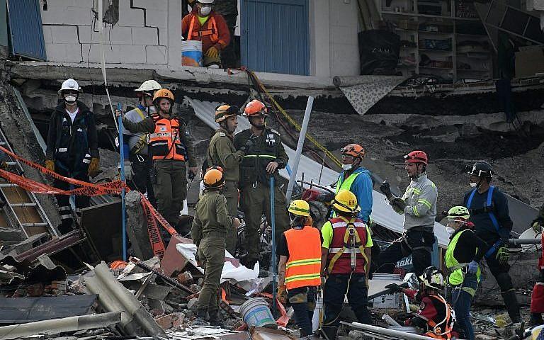 عمال إنقاذ إسرائيليون يبحثون عن ناجين في مكسيكون سيتي في 23 سبتمبر، 2017، بعد أربعة أيام من الزلزال العنيف الذي ضرب وسط المكسيك. (AFP Photo/Pedro Pardo)