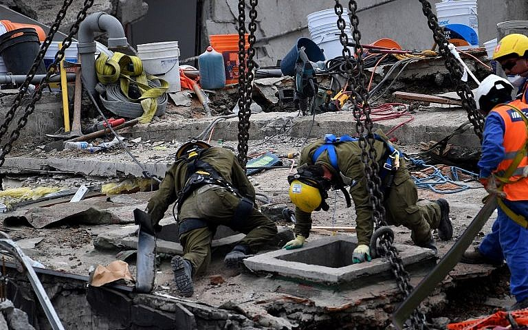 عمال إنقاذ إسرائيليون يقومون بفحص قطعة اسمنتيه في مبنى في مكسيكون سيتي في 23 سبتبمر، 2017، بعد أربعة أيام من الزلزال العنيف الذي ضرب وسط المكسيك. (AFP Photo/Pedro Pardo)