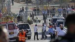 قوى الأمن وطواقم الإسعاف الإسرائيلية في المكان الذي فتح فيه فلسطيني النار على حراس أمن في مستوطنة هار أدار، ما أسفر عن مقتل ثلاثة وإصابة آخر بجروح خطيرة، 26 سبتمبر، 2017.(AFP Photo/Menahem Kahana)