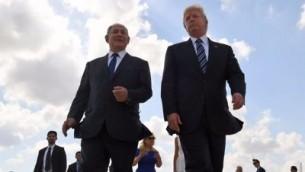 الرئيس دونالد ترامب ورئيس الوزراء بنيامين نتنياهو في مطار بن غوريون في 23 مايو 2017، في نهاية زيارة ترامب لإسرائيل. (Coby Gideon / GPO)