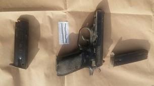 المسدس الذي استخدم في هجوم بالقرب من مستوطنة هار ادار المجاورة للقدس، 26 سبتمبر 2017 (Israel Police)
