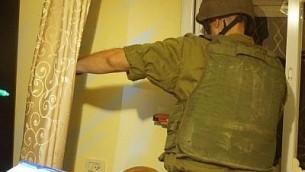 جندي اسرائيلي يمسح منزل العتدي الفلسطيني نمر محمود احمد الجمل في بلدة بيت سوريك في الضفة الغربية قبل هدمه، 27 سبتمبر 2017 (IDF Spokesperson)