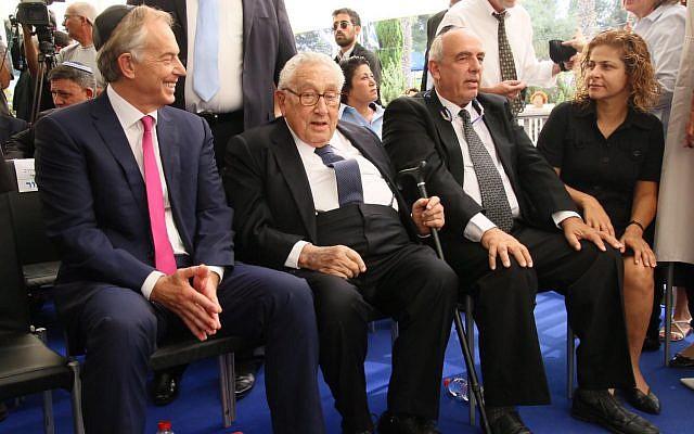 من اليسار إلى اليمين: رئيس الوزراء البريطاني الأسبق توني بلير، وهنري كيسينجر ويوني بيرس في الذكرى السنوي الأولى لوفاة بيرس في 'جبل هرتسل' في القدس، 14 سبتبمر، 2017. (Josef Avi Yair Engel)