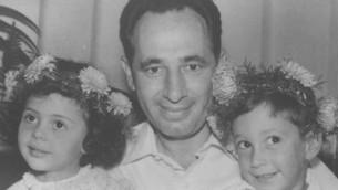 شمعون بيرس، وسط الصورة، وحيمي بيرس، من المين، يحتفلان بعيد حيمي في عام 1962. (Courtesy: GPO)