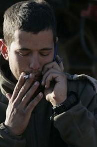 جندي إسرائيلي يدخن سيجارة بالقرب من الحدود مع غزة في يناير 2009. (Nati Shohat/Flash900)