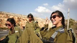 جنديات إسرائيليات في انتظار الحافلة في رام الله في الضفة الغربية، 1 أكتوبر، 2009. (Matanya Tausig/Flash 90)
