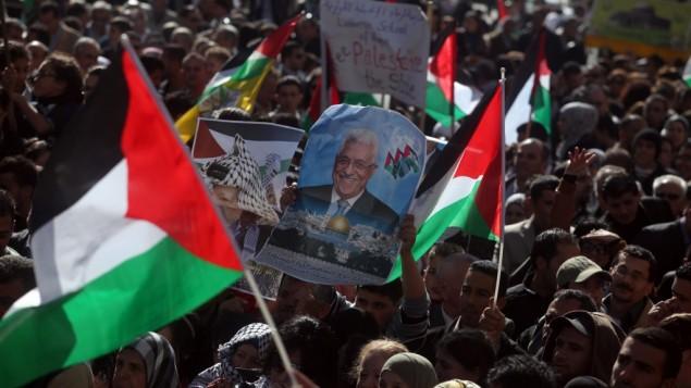 فلسطينيون يلوحون باعلام فلسطينية خلال مظاهرة في رام الله لدعم مبادرة الرئيس محمود عباس لاعتراف الامم المتحدة بدولة فلسطين، 29 نوفمبر 2012 (Issam Rimawi/Flash90)