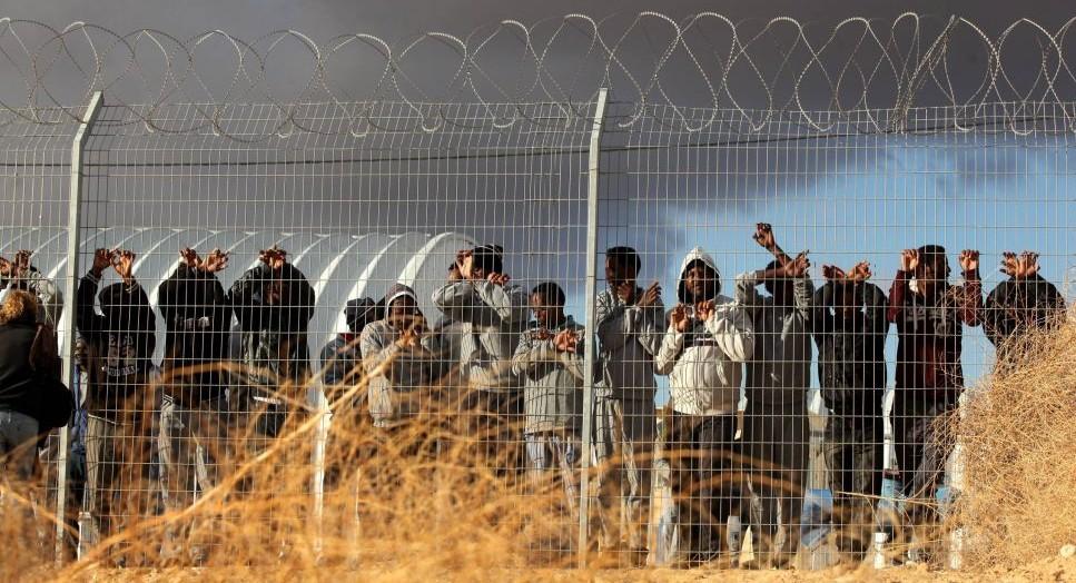 مهاجرون أفارقة يحتجون خارج مركز احتجاز هولوت في صحراء النقب في جنوب إسرائيل، 17 فبراير / شباط 2014. (Flash90)