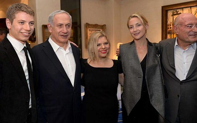 رئيس الوزراء بنيامين نتنياهو وزوجته سارة وابنهما يائير مع الممثلة كيت هدسون في حدث أقيم في منزل المنتج أرنون ميلشان (يمين)، 6 مارس 2014. (Avi Ohayon/GPO/Flash90)