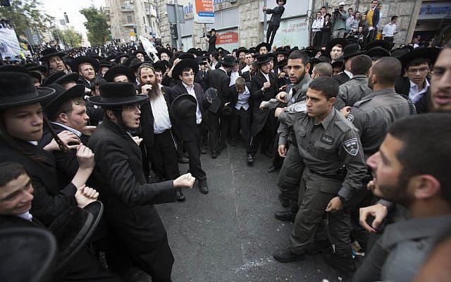 مئات اليهود الحريديم في مواجهات مع الشرطة الإسرائيلية خلال تظاهرة في القدس في 10 أبريل، 2014، في أعقاب اعتقال متهرب حريدي من الخدمة العسكرية واحتجاجا على مشروع قانون يهدف إلى فرص الخدمة العسكرية على الحريديم. (Yonatan Sindel/Flash90)
