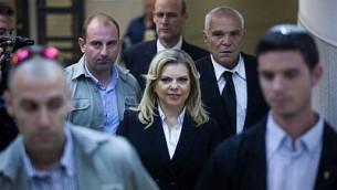 سارة نتنياهو، زوجة رئيس الوزراء بنيامين نتنياهو مع محاميها يوسي كوهين في محكمة العمل الإقليمية في القدس، 29 أكتوبر / تشرين الأول 2015. (Yonatan Sindel/Flash90)