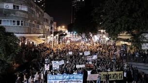 آلاف الإسرائيليين يحتجون ضد اتفاقية مثيرة للجدل تم التوصل إليها بين الحكومة ومجموعة شركات طاقة كبيرة لإنتاج الغاز الطبيعي، في مدينة تل أبيب، 14 نوفمبر، 2015. (Tomer Neuberg/Flash90)
