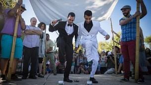 زوجان مثليان في حفل زفافهما تحت 'الحوباه' (خيمة الزواج) خلال مسيرة الفخر في القدس، 21 يوليو، 2016. (Hadas Parush/Flash90)